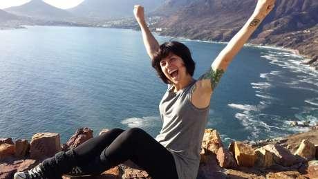 Gaia Passarelli, em uma praia da Africa do Sul, diz que nunca sentiu medo em suas dezenas de viagens internacionais sem companhia