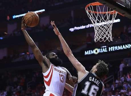 Con un inspirado Ginobili Spurs se adelanta en la serie ante Rockets