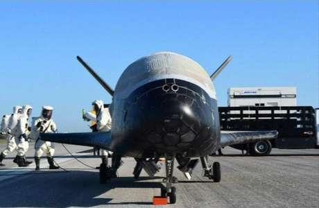 O avião experimental americano X-37B pousou nesta segunda-feira no Centro Espacial Kennedy, na Flórida, depois de uma missão secreta de quase dois anos.