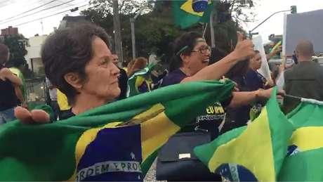 Manifestantes exaltam o juiz Sergio Moro nas ruas de Curitiba nesta quarta