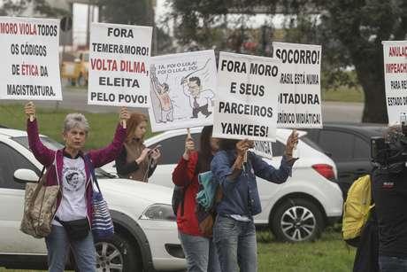 Manifestantes a favor do ex-presidente na saída do Aeroporto Internacional Afonso Pena
