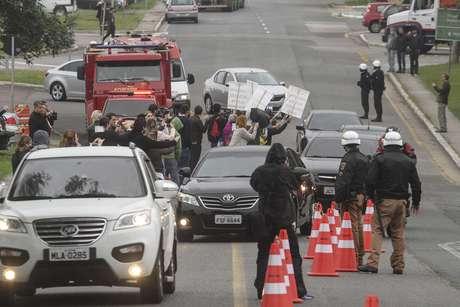 Lula é recebido por manifestantes em Curitiba