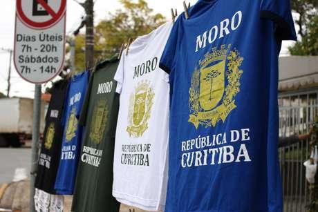Camisetas são vendidas aos manifestantes contra Lula em Curitiba