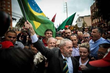Lula, ao lado da senadora Gleisi Hoffmann, recebe apoio de partidários na chegada à Justiça Federal em Curitiba.