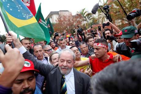 Lula foi cercado por partidários ao descer do carro nas proximidades do prédio da Justiça Federal.