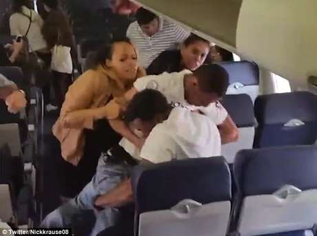 Dos pasajeros pelean a bordo de un avión — Sucedió otra vez
