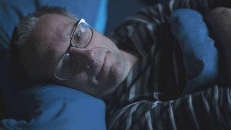 O apresentador da BBC e médico Michael Mosley fez vários experimentos sobre o sono - dormindo bem e mal