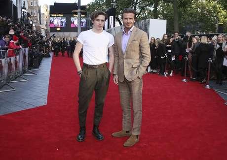 A la premiere de la película 'Rey Arturo: La Leyenda de la Excálibur', Beckham fue con su hijo Brooklyn.