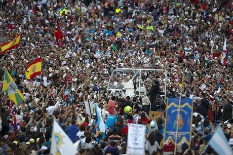 Papa Francisco passa por multidão de fiéis em Fátima dentro do papamóvel.