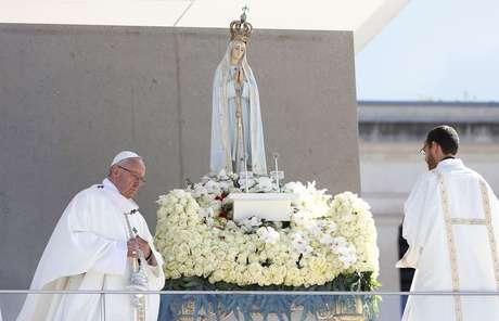 Papa Francisco celebra missa no Santuário de Fátima, em Portugal, onde foram canonizados os irmãos pastorinhos.