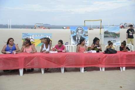 Moradores de comunidades participam de almoço pelo Dia das Mães nas areias da praia de Copacabana como forma protesto contra a insegurança nas comunidades onde vivem