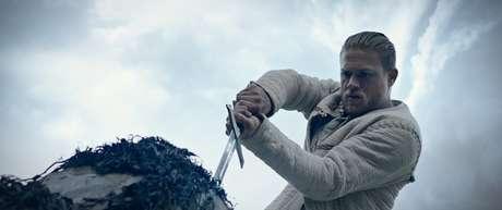 """Charlie Hunnam interpreta o rei predestinado em """"Rei Arthur: A Lenda da Espada"""""""