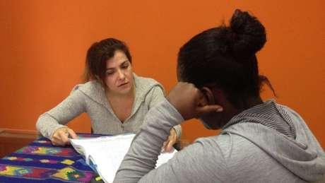 Beatriz Affonso, diretora do programa do Cejil para o Brasil, conversa com Y., irmã de vítima da segunda chacina de Nova Brasília