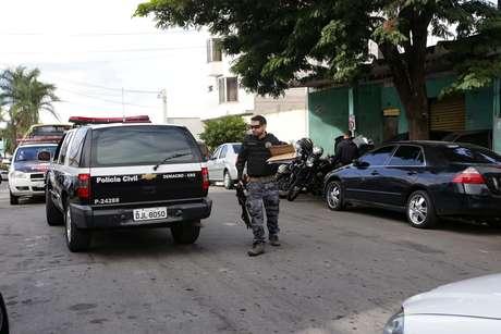 Movimentação no 4º Distrito Policial (Demacro) em Guarulhos (SP), durante operação nomeada de Inconfidência Mineira, deflagrada na manhã desta segunda-feira (15).