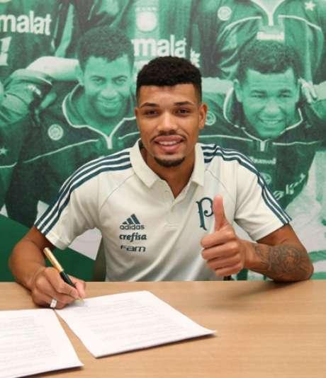 Juninho assinando seu contrato com o Palmeiras (Foto: Cesar Greco/Palmeiras)