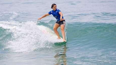 Bianca Valenti, surfando na praia francesa de Biarritz, France, em 2006 - e com ondas bem menos assustadoras
