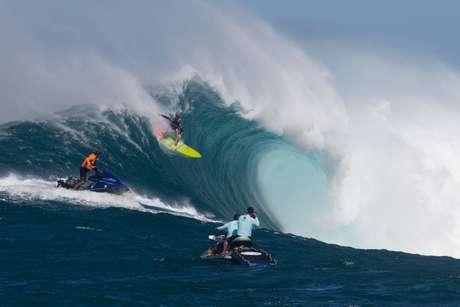 """Paige Alms surfa no primeiro campeonato para mulheres """"big riders"""", no Havaí, em novembro de 2016"""