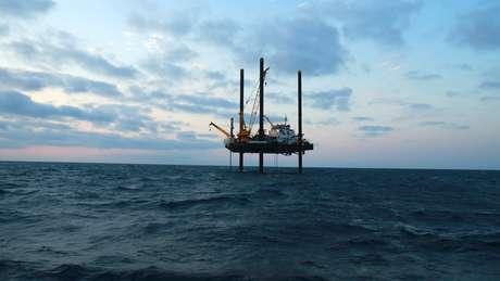 Plataforma de perfuração no Golfo do México que coleta amostras de rochas para pesquisa