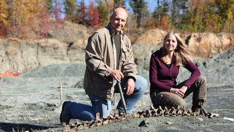 Alice Roberts visitou uma pedreira de Nova Jérsei, nos EUA, com o paleontologista Ken Lacovara