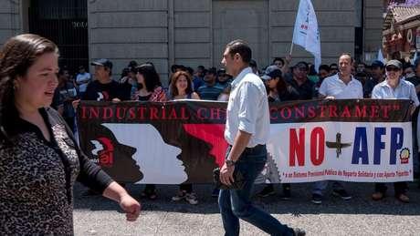 Manifestantes chilenos protestaram no ano passado contra as AFPs (administradoras de fundos de pensão)