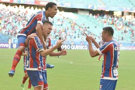 Jogadores do Bahia comemoram gol marcado por Tiago na estreia do Brasileiro