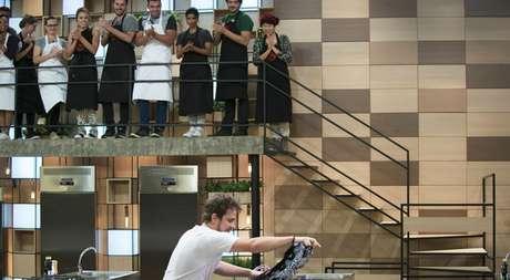 Vitor B. é aplaudido ao deixar o avental do #MasterChef