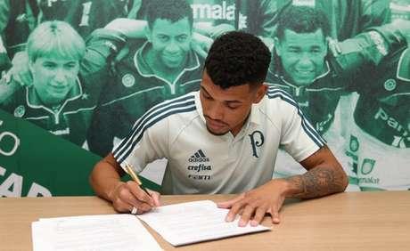 Juninho assinou contrato na noite de terça-feira (Foto: Cesar Greco/Palmeiras)