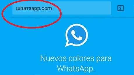"""A URL enganosa já aperece em espanhol e usa o mesmo nome do WhatsApp, mas com caracteres cirílicos (e não começa com """"https"""")"""