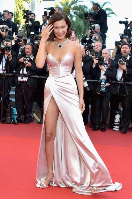 La sonrisa de Bella Hadid iluminó la alfombra roja a pesar de haber enseñado su ropa interior.