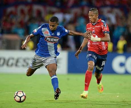 Emelec gana 1-2 a Medellín y pone un pie en octavos de final