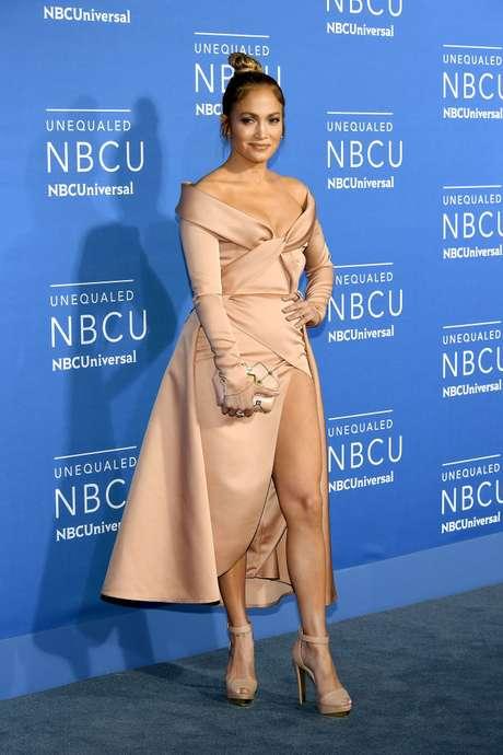 Jennifer Lopez con su vestido en tono nude.
