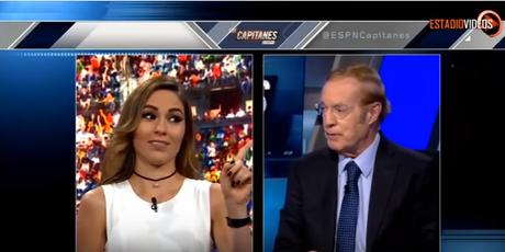 José Ramon Fernández calla a compañera durante transmisión