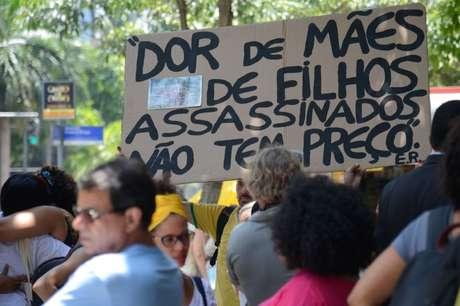 Parentes de cinco jovens mortos há um ano pela violência policial, em Costa Barros, pedem a punição dos culpados, em frente ao TJRJ.