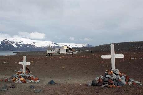 As antigas instalações ficam na parte interior de Decepção, uma pequena ilha vulcânica em forma de ferradura.