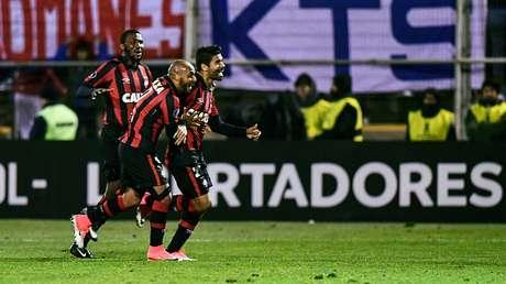 Paranaense avanza a octavos tras vencer 2-3 a la U. Católica
