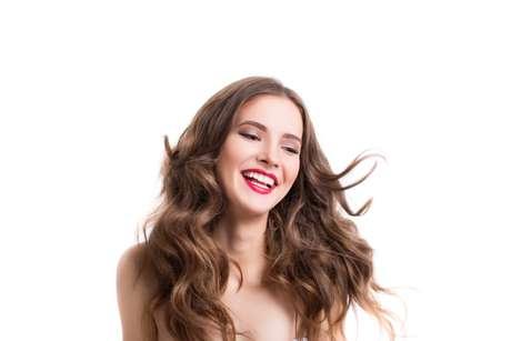 Franja mais comprida possibilita vários penteados diferentes