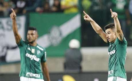 Jogadores do Palmeiras comemoram gol