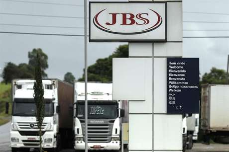 A JBS é alvo da Operação Lava Jato e de outras operações deflagradas pela Polícia Federal para investigar possíveis desvios, pagamentos de propina e fraudes na liberação de recursos públicos.