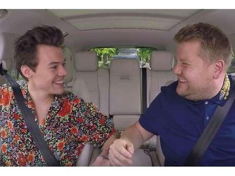 """Harry Styles e James Corden cantam """"Sign of the Times"""" e mais no """"Carpool Karaoke""""!"""
