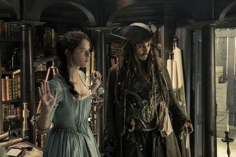 Johnny Depp retorna ao papel de Jack Sparrow e Kaya Scodelario interpreta uma astrônoma