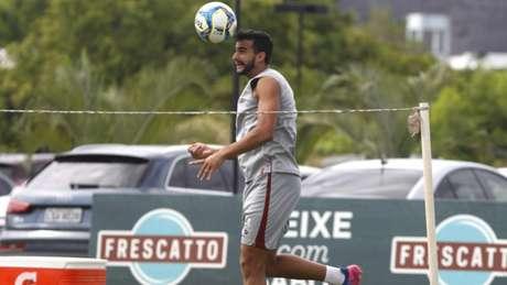 Com boa estatura, Dourado ajuda a defesa nas bolas aéreas (Foto: Nelson Perez/Fluminense F.C.)