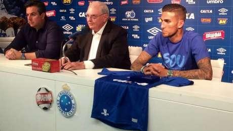 Apresentado na última quinta, atacante já pode estrear com a camisa do Cruzeiro (Foto: Reprodução/Twitter)