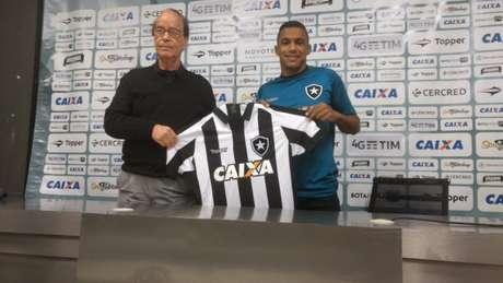 Arnaldo recebendo a camisa de Antônio Lopes durante a apresentação (Foto: Vinícius Britto/LANCE!)