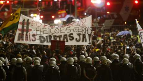 Apesar de pressão de protestos, cientista político acha difícil a realização de eleições diretas