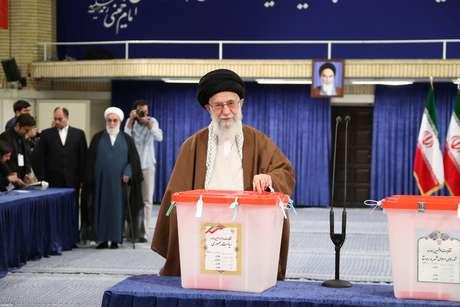 Líder supremo aiatolá, Ali Khamenei, vota assim que as urnas abrem
