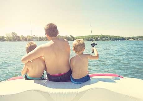 El verano es una buena época para pescar y navegar en familia,