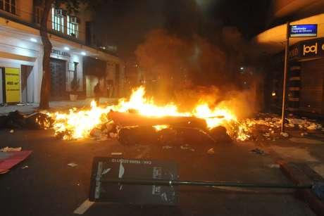 Manifestantes queimam lixo no centro do Rio