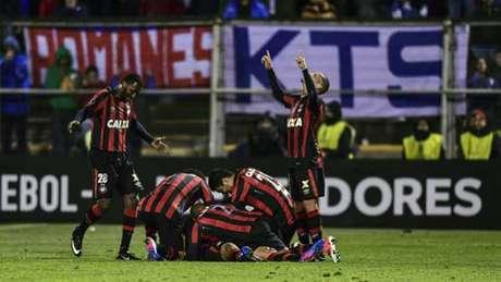 Grêmio vence fora de casa e lidera o Brasileiro