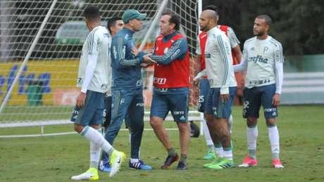 Palmeiras multa Felipe Melo e preparador físico por discussão em treinamento