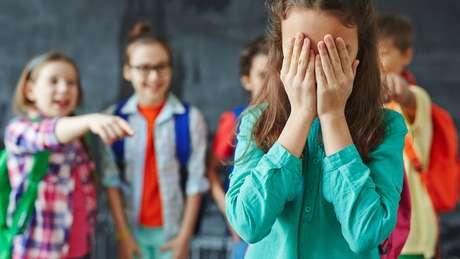 A agressão pode ser verbal ou física e assume muitas formas nas escolas pelo mundo